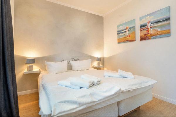 Das Schlafzimmer verfügt über Doppelbett und Kleiderschrank. Für den Sichtschutz sind bei Bedarf auch Stores vorhanden.
