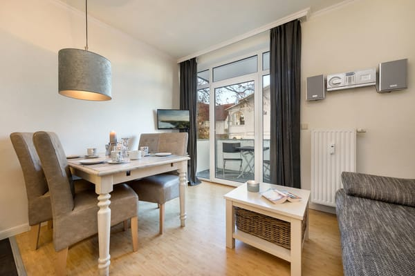 Das Wohnzimmer mit TV, Stereoanlage und Küchenzeile hat einen Austritt zum möblierten Balkon. WLAN ist kostenfrei verfügbar.