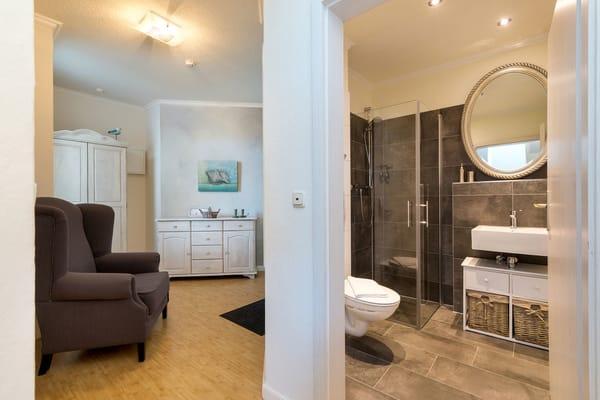 Hier der Blick vom Wohnzimmer Richtung Eingangsbereich und Duschbad.