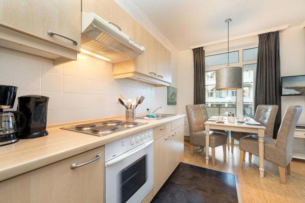 Hier der Blick von der Küchenzeile (mit 4-Platten-Herd, Backofen, Kühlschrank mit Gefrierfach, Kaffeemaschine, Wasserkocher und Toaster) zum Eßbereich.