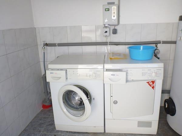 Münz- Waschmashine und Trockner im Wirtschaftsraum