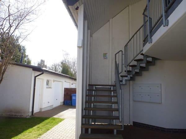 rechts - überdachte Aussentreppe zur Wohnung Sunshine, links - ist der Wirtschaftraum und Fahrradraum