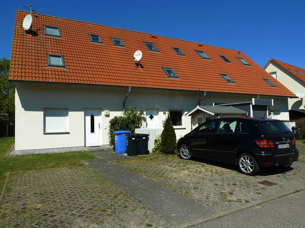 Parkplatz vor dem Haus (Eingang Mitte)
