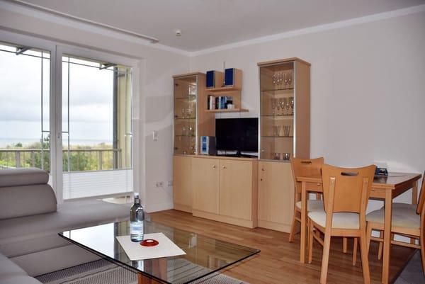 Das Wohnzimmer verfügt über einen Essplatz, Flat-TV und Stereoanlage.