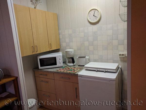 Küchenzeile mit Kaffemaschine, Mikrowelle, Wasserkocher, Herd, Kühlschrank, etc.