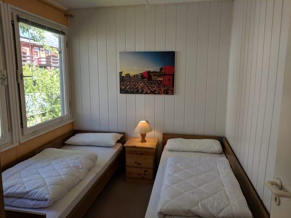 Schlafzimmer mit 2 Betten und Kleiderschrank