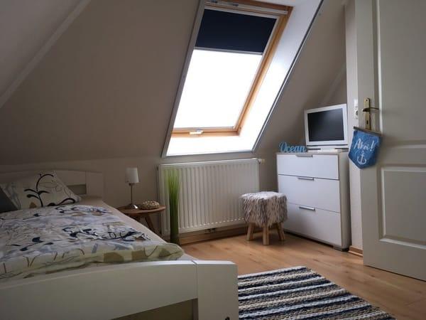 Dachgeschosszimmer mit zwei Einzelbetten