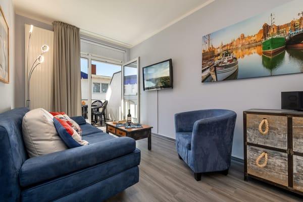 Die Wohnung wurde 2018 für Sie renoviert und teilweise neu möbliert. Freuen Sie sich auf Urlaub in maritimem Flair in strandnaher und zentraler Lage!