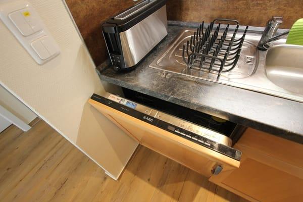 moderne Küche mit Geschirrspüler, Ceranfeld, Backofen, Elektrogeräten