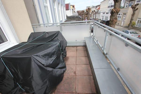 Terrasse vom Wohnzimmer mit Gartenmöbeln