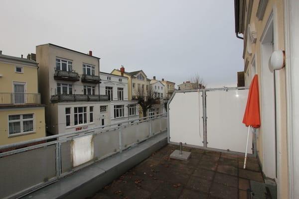 Blick von der Wohnzimmer-Terrasse zum Kirchplatz