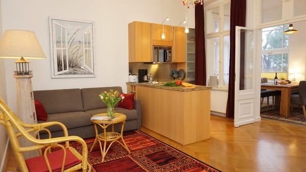 Wohnzimmer mit Schlafcoch und Küchenzeile
