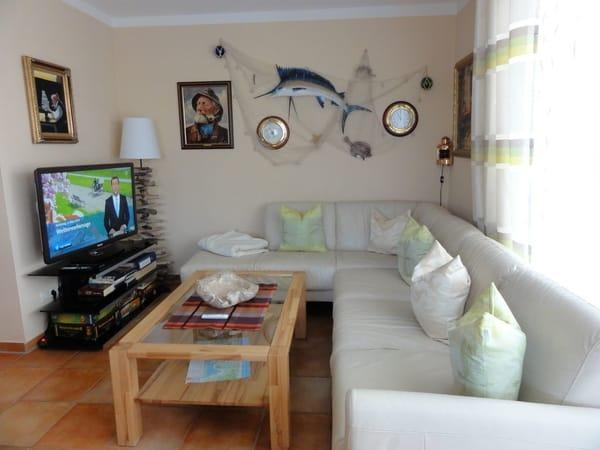 Im Wohnbereich befindet sich eine bequeme Leder-Eckcouch, der Couchtisch, ein LCD TV und der Blue Ray Player. Lassen Sie den Tag gemütlich bei einem Glas Bier oder Wein ausklingen.