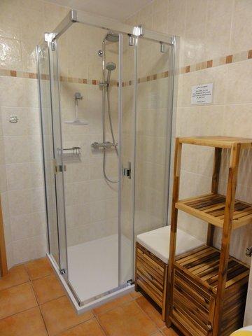 Die große Dusche hat einen extra flachen Einstieg.