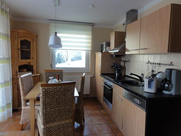 Die moderne Küche ist ausgestattet mit einem Elektroherd mit Cerankochfeld, Geschirrspüler, Kühlschrank, Gefrierschrank, Mikrowelle, Kaffeemaschine, Wasserkocher, einem Toaster und Radio.
