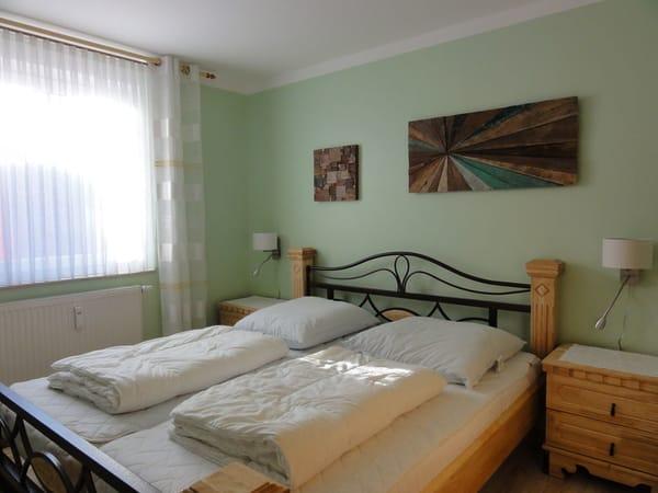 Die beiden Schlafzimmer sind augestattet mit einem Doppelbett, großem Kleiderschrank und Nachtschränken. Auf den hochwertigen Kaltschaummatratzen werden Sie erholsam schlafen.