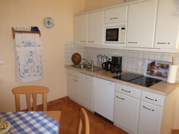 Moderne Einbauküche mit Induktionsherd