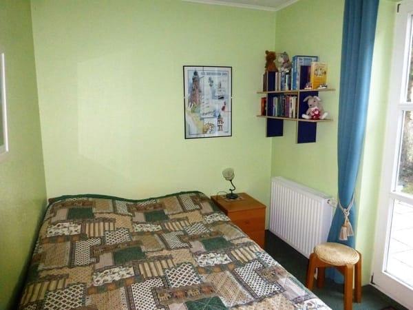 2. Schlafzimmer mit Doppelbett (Liegefläche ca. 1,40m breit)