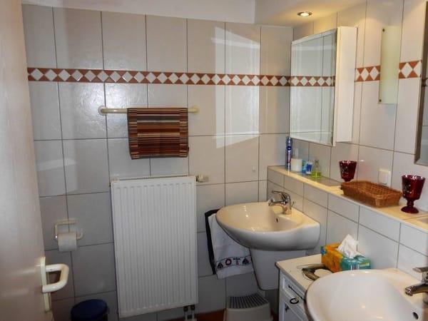 Schönes Badezimmer mit zwei Waschplätzen