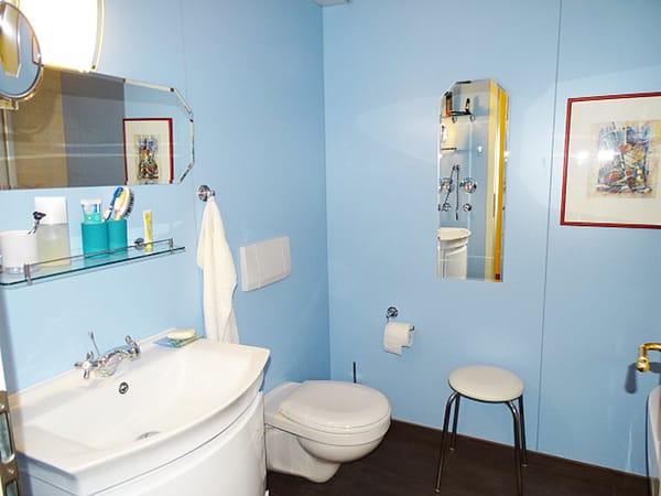 Separate Toilette mit Waschbecken und Waschmaschine