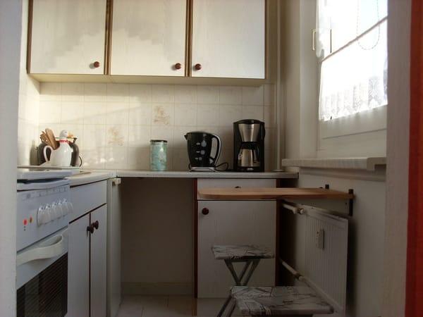 Küche mit kleiner Sitzmöglichkeit