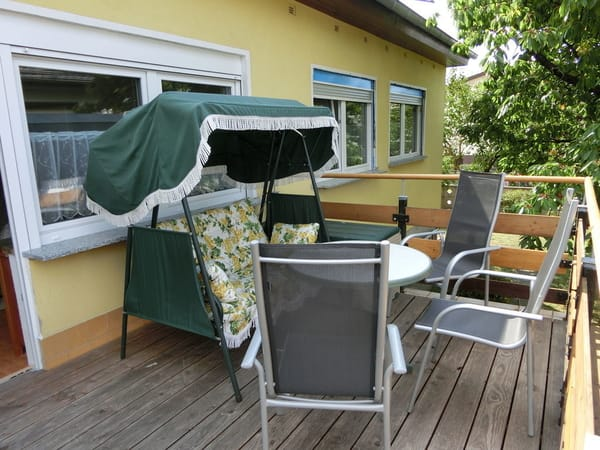 Dachterrasse mit Tisch und Stühlen