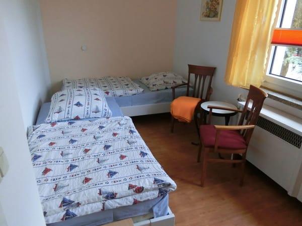 2. Schlafzimmer mit 2 Einzelbetten und Kleiderschrank