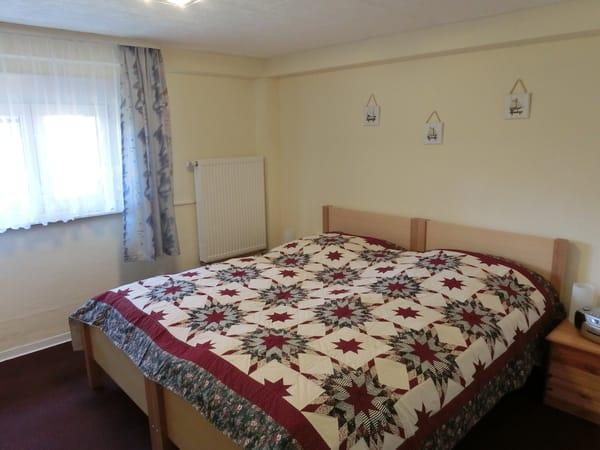Schlafzimmer (neu renoviert 2018)