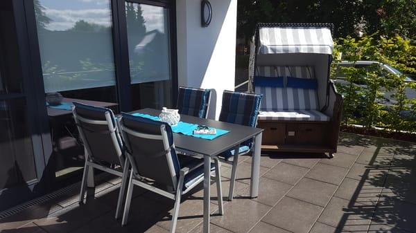 Goße Süd-West-Terrasse mit Strandkorb und Gartenmöbeln