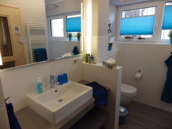 Großes Duschbad mit Infrarotsauna, Waschmaschine u. Trockner