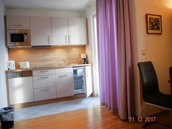 Blick auf die neue Küchenzeile (rechts Balkonzugang)