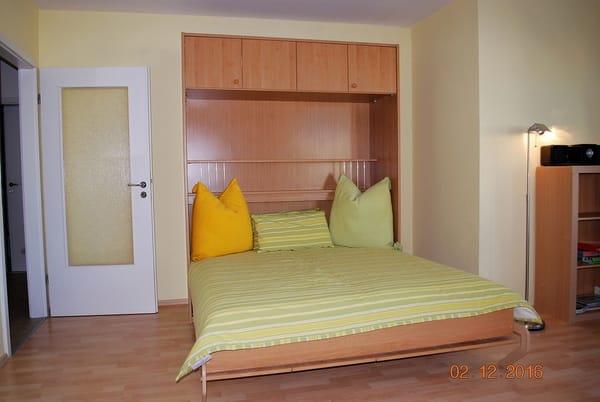 Blick auf das Doppelschrankbett im Wohnraum