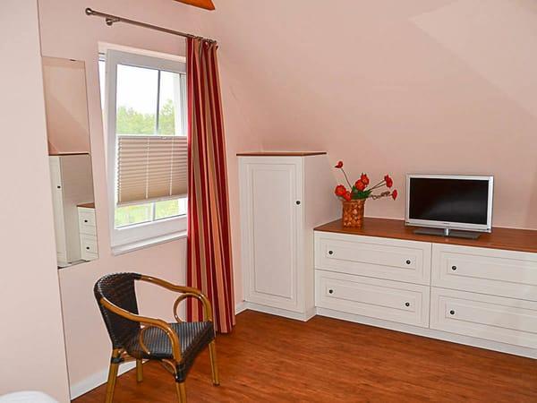 Einbauschrank im großen Schlafzimmer mit eigenem SAT-TV