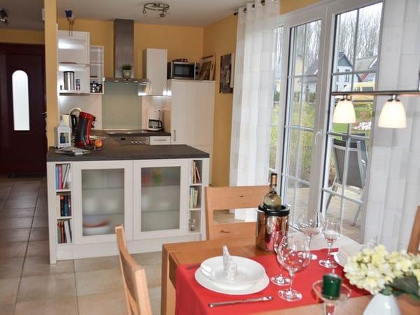 Blick auf den umfangreich ausgestatteten Küchenbereich