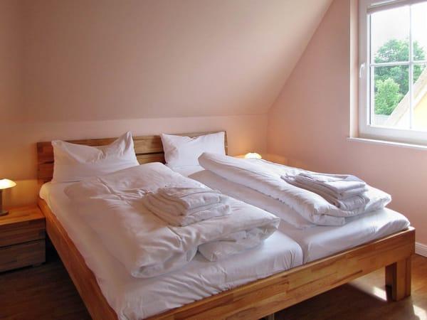 Doppelbett im großen Schlafzimmer