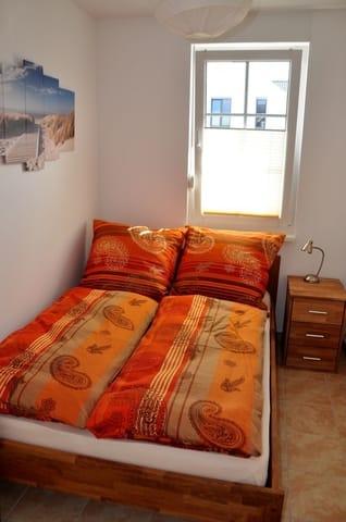 Schlafzimmer 2: Bett mit 140 x 200 cm, Fernseher mit SAT-Empfang in HD (DVB-S), Fußbodenheizung
