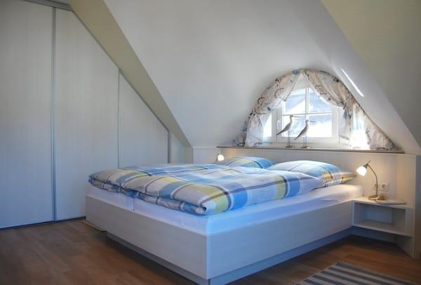 Schlafzimmer mit Doppelbett (getrennte Matratzen) und großem Einbauschrank
