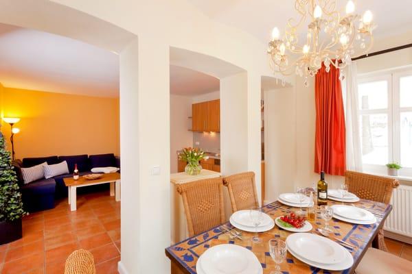 Die integrierte Küchenzeile besitzt jegliche Extras (Backofen, Kochfeld, Geschirrspüler, Kühlschrank mit Gefrierfach, Kaffeemaschine, Wasserkocher, Toaster) ...