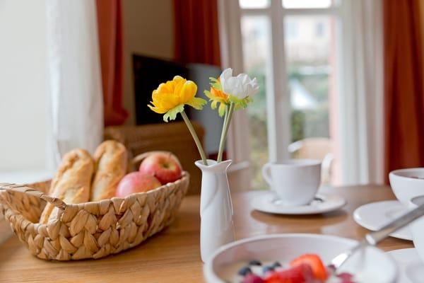 ... bietet die in den Wohnraum integrierte Küchenzeile ...