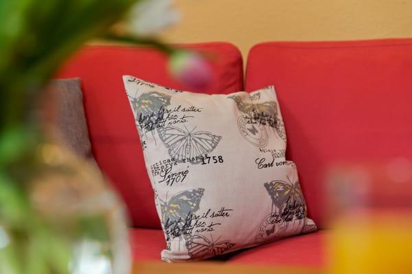 Der großzügige Wohnraum ist mit Flat-TV sowie bequemen Polstermöbeln ausgestattet. Ein Esstisch bietet Platz für drei Personen, um den kulinarischen Freuden zu frönen.