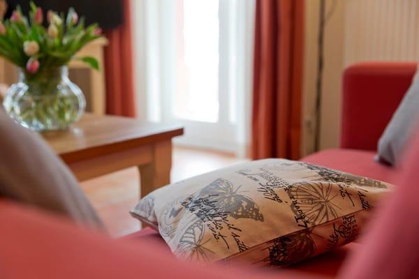 Vom Wohnzimmer erreichen Sie Ihre private Terrasse, die zum Sonnenbaden oder zur abendlichen Spielerunde einlädt.