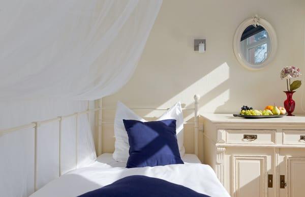 ...  über ein komfortables Einzelbett verfügt. Die Schlafcouch im Wohnbereich lässt sich im Handumdrehen für die vierte und fünfte Person in ein weiteres Schlafgemach umwandeln.