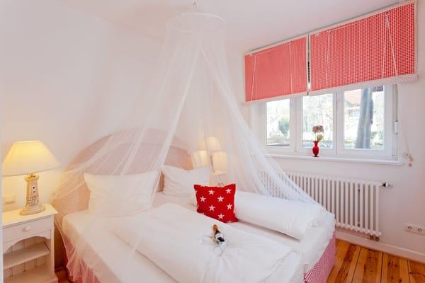 Zur Nachtruhe laden zwei Schlafzimmer zum Träumen von einem bevorstehenden oder bereits vergangenen erlebnisreichen Urlaubstag ein. Das erste Schlafzimmer ...
