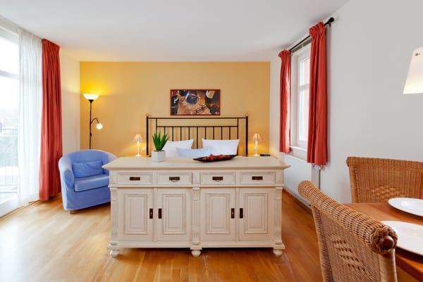 Das helle Ein-Zimmer-Appartement hat eine Wohnfläche von 30 Quadratmetern und befindet sich im 1. Obergeschoss der Villa San Remo.
