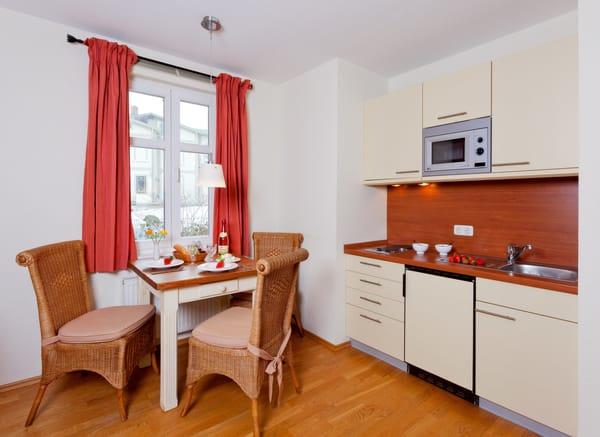 Die gut ausgestattet Küchenzeile ist mit Allem bestückt, was Sie für die Zubereitung Ihrer Lieblingsspeisen benötigen.