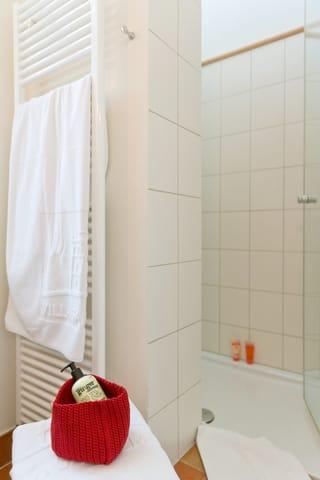 Das Badezimmer ist mit Dusche, ...