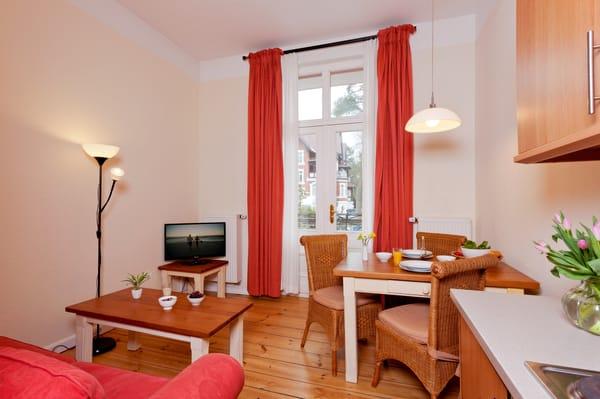 Der großzügige Wohnraum ist mit Flat-TV sowie bequemen Polstermöbeln ausgestattet, welches als Schlafsofa genutzt werden kann..