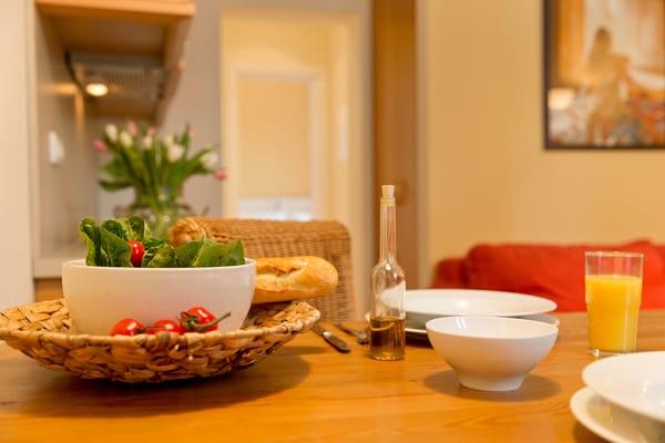 Für die Zubereitung der Lieblingsspeisen bietet die in den Wohnraum integrierte Küchenzeile...