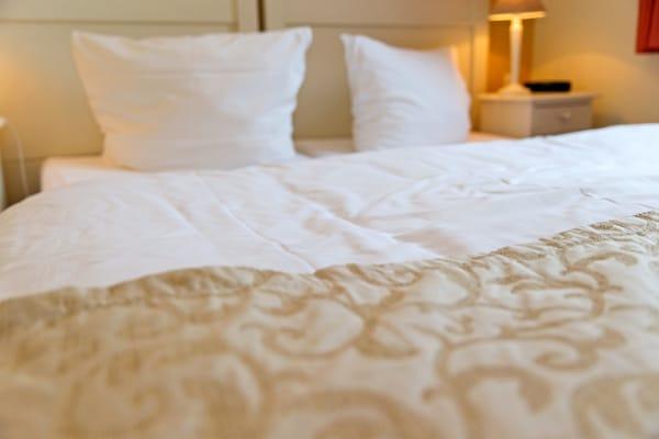 ... können Sie sich in das bequeme Doppelbett (160x200cm) fallen lassen ...