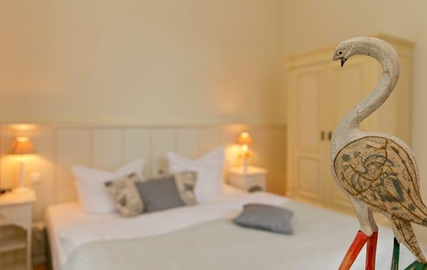 ...  können Sie sich in das bequeme Doppelbett (180x200cm) fallen lassen - und so erholt in einen neuen Urlaubstag starten.